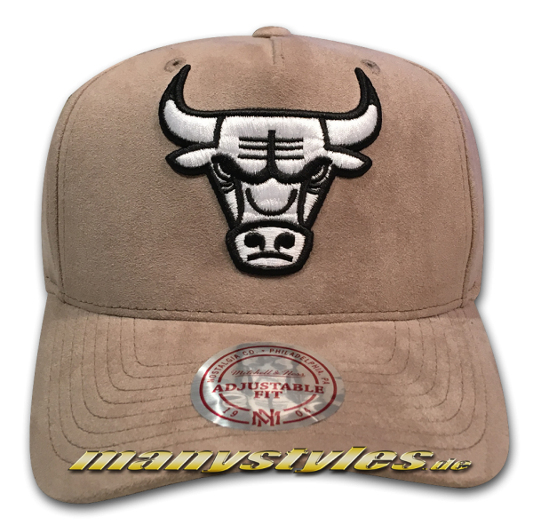 Chicago Bulls NBA 110 Curved Visor Suede adjustable Snapback Cap Taupe White von Mitchell and Ness