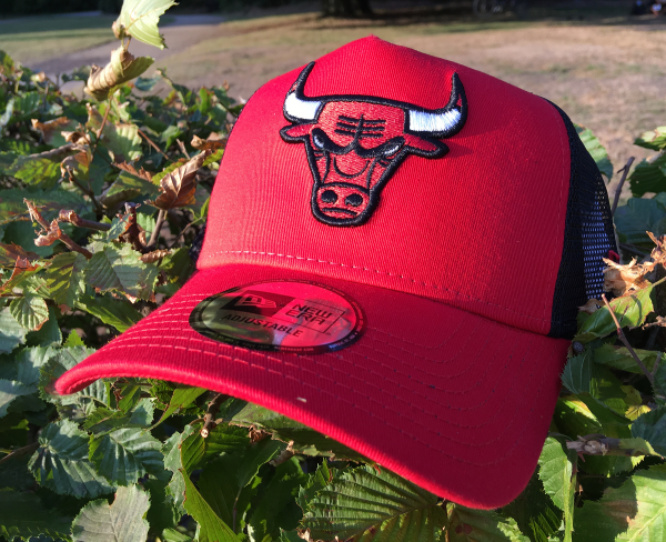 Chicago Bulls NBA Mesh Trucker Adjustable Curved Visor Cap Scarlet Red Black OTC von New Era
